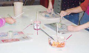 Kinder bemalen ihre fertig getöpferten Arbeiten